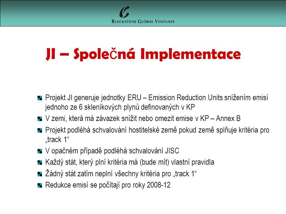 """JI – Spole č ná Implementace Projekt JI generuje jednotky ERU – Emission Reduction Units snížením emisí jednoho ze 6 skleníkových plynů definovaných v KP V zemi, která má závazek snížit nebo omezit emise v KP – Annex B Projekt podléhá schvalování hostitelské země pokud země splňuje kritéria pro """"track 1 V opačném případě podléhá schvalování JISC Každý stát, který plní kritéria má (bude mít) vlastní pravidla Žádný stát zatím neplní všechny kritéria pro """"track 1 Redukce emisí se počítají pro roky 2008-12"""