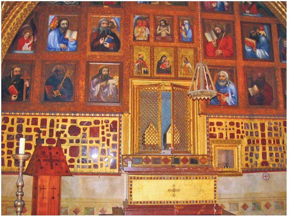 – Kaple je rozdělena pozlacenou mříží na dvě části. Sám Karel IV. na důkaz pokory a úcty vstupoval za zlatou mříž bos. – Na stěnách je umístěn unikátn