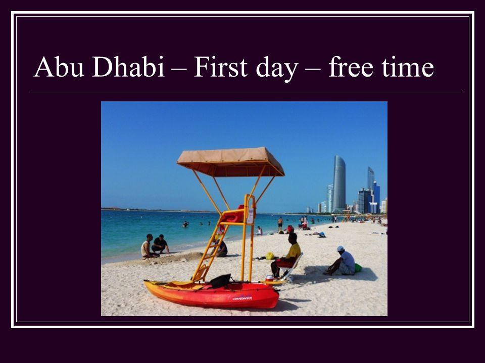 First Day Odpoledne máme volno Vydáváme se taxíkem na pláž Corniche Beach Moře je zde více než teplé - voda 34 stupňů Celsia, vzduch 42 stupňů Celsia - ukazují informační tabule na Corniche Beach
