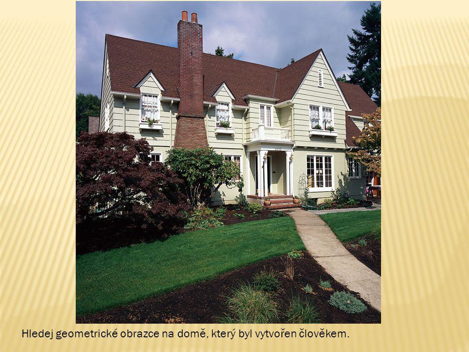 Hledej geometrické obrazce na domě, který byl vytvořen člověkem.