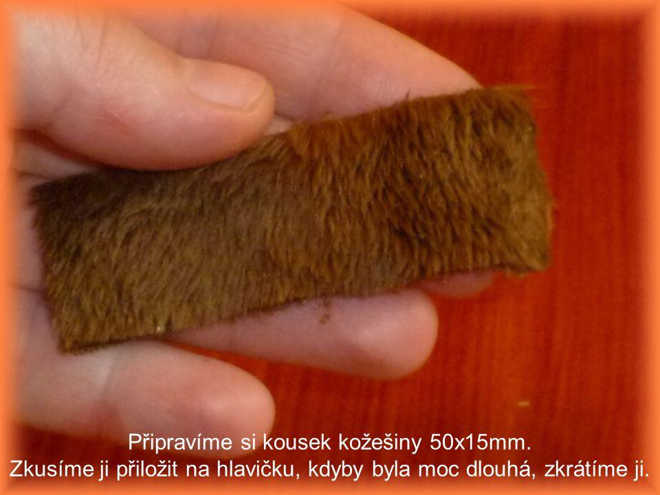 Připravíme si kousek kožešiny 50x15mm. Zkusíme ji přiložit na hlavičku, kdyby byla moc dlouhá, zkrátíme ji.