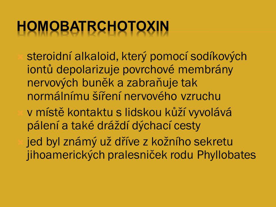  steroidní alkaloid, který pomocí sodíkových iontů depolarizuje povrchové membrány nervových buněk a zabraňuje tak normálnímu šíření nervového vzruch