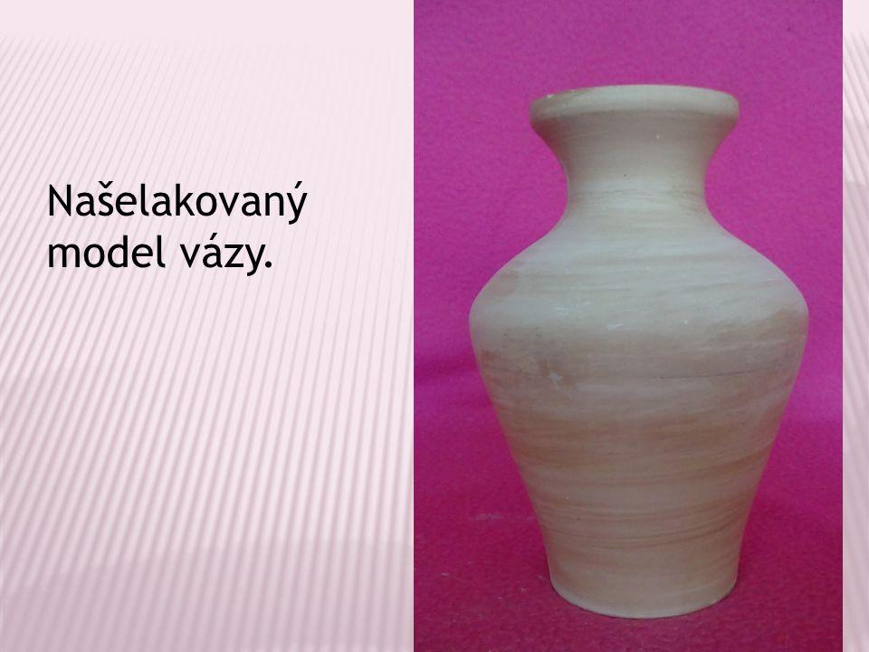 Našelakovaný model vázy.