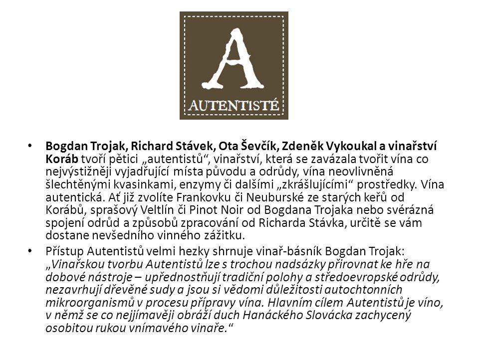 """Bogdan Trojak, Richard Stávek, Ota Ševčík, Zdeněk Vykoukal a vinařství Koráb tvoří pětici """"autentistů , vinařství, která se zavázala tvořit vína co nejvýstižněji vyjadřující místa původu a odrůdy, vína neovlivněná šlechtěnými kvasinkami, enzymy či dalšími """"zkrášlujícími prostředky."""