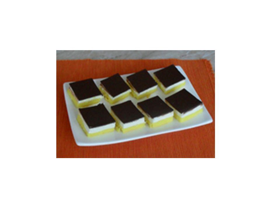 Míša řezy Těsto: -6 vajec -6 lžic moučkového cukru -2 lžíce oleje -6 vrchovatých lžic polohrubé mouky -1 lžička prášku do pečiva -máslo a hrubá mouka na plech Náplň: -25 dkg másla -20 dkg moučkového cukru -1 vanilkový cukr -500g měkkého tvarohu ve vaničce - tučného -15 až 20 dkg hořké čokolády na polevu -ztužený tuk podle potřeby na zředění čokolády