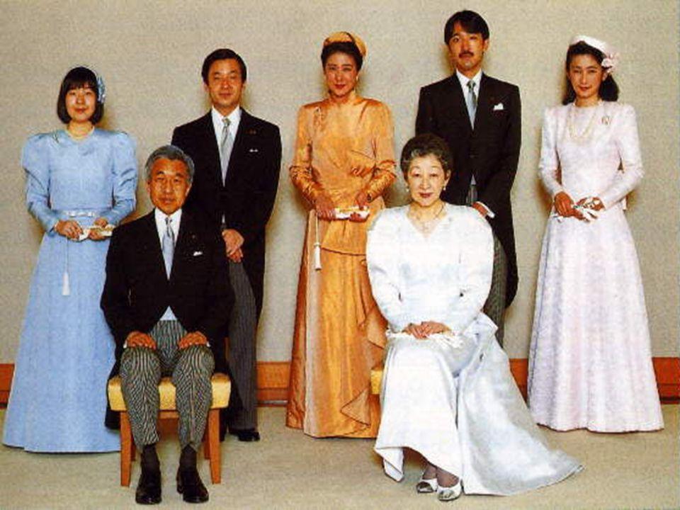 Politika Státní zřízení: konstituční monarchie s parlamentní vládouStátní zřízení: konstituční monarchie s parlamentní vládou Vznik:3.5.1947Vznik:3.5.1947 Hlava státu: císař Akihito (od 7.ledna 1989)Hlava státu: císař Akihito (od 7.ledna 1989) Předseda vlády: Shinzo Abe (od 26.září 2006)Předseda vlády: Shinzo Abe (od 26.září 2006) Premiér: Džun ičiró KoizumiPremiér: Džun ičiró Koizumi -reformy,v r.2003 rozpuštěna horní sněmovna  vojenské jednotky do Iráku