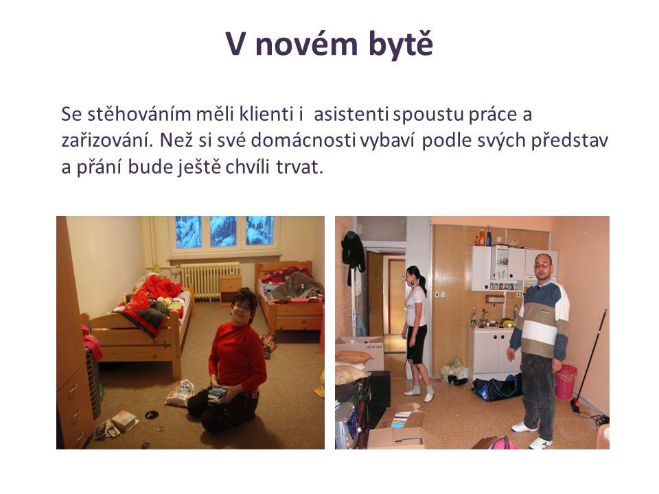 V novém bytě Se stěhováním měli klienti i asistenti spoustu práce a zařizování. Než si své domácnosti vybaví podle svých představ a přání bude ještě c