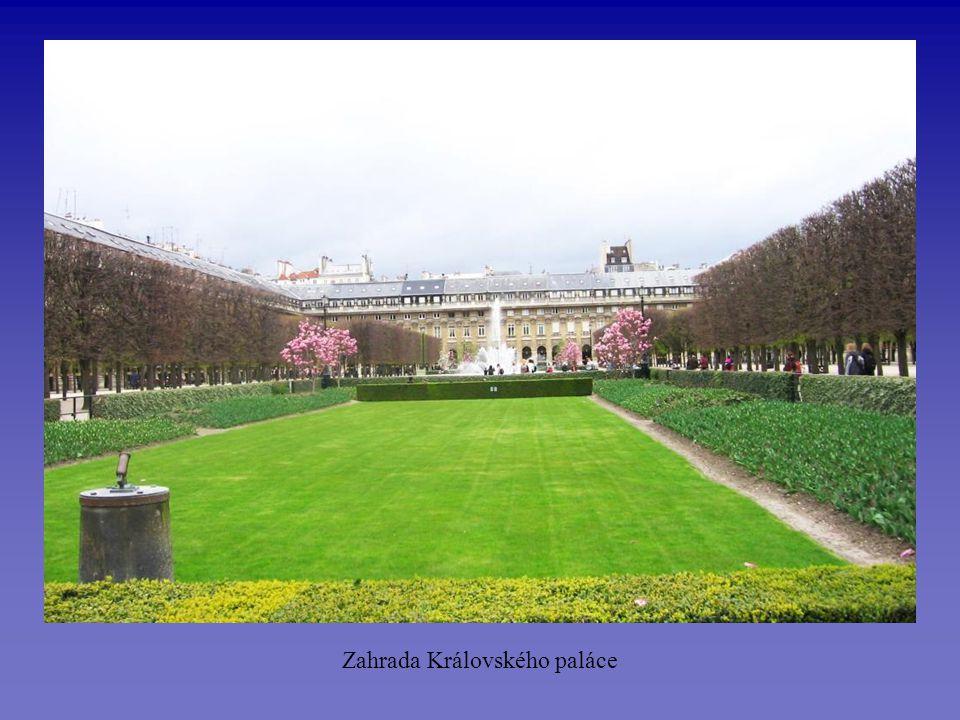 Zámecká zahrada se spoustou fontán láká k romantickým procházkám…