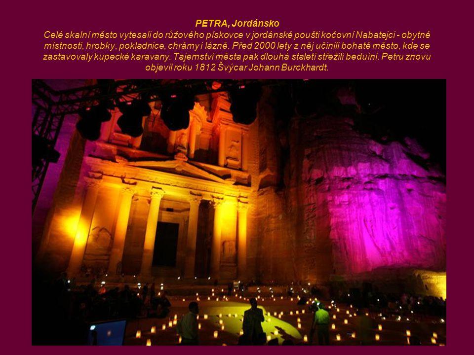 PETRA, Jordánsko Celé skalní město vytesali do růžového pískovce v jordánské poušti kočovní Nabatejci - obytné místnosti, hrobky, pokladnice, chrámy i lázně.