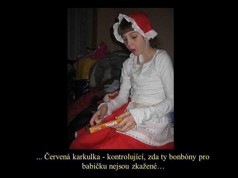 ... Červená karkulka - kontrolující, zda ty bonbóny pro babičku nejsou zkažené…