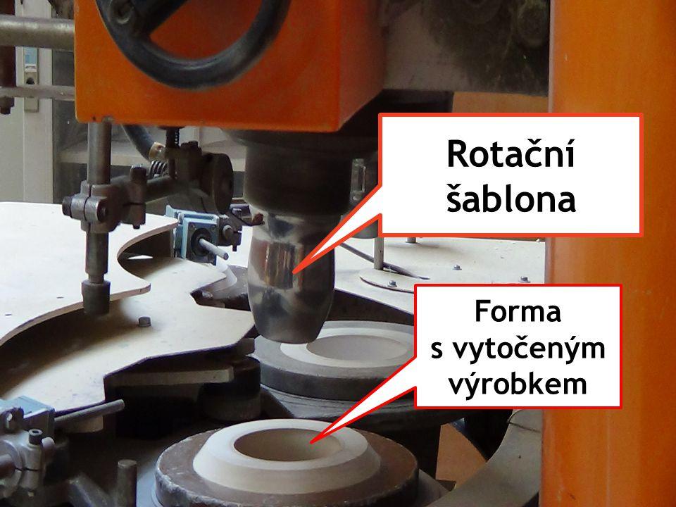 Vytočené výrobky jsou přísavkami přenášeny na dopravník čističky.