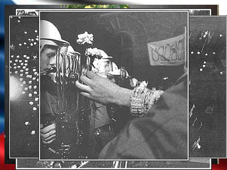 17. Listopad 1989  Od 8:00 vyhlášena mimořádná bezpečnostní akce.  Socialistický svaz mládeže + Nezávislí studenti  V 16:00 začátek manifestace 15