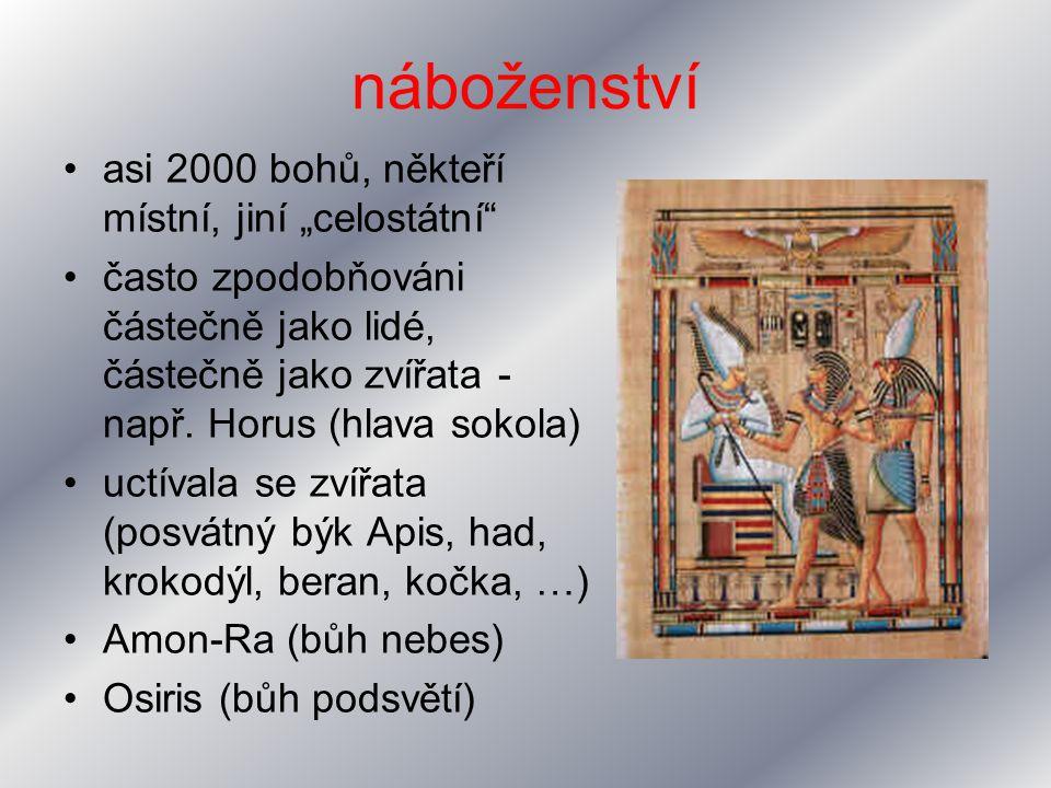 """náboženství asi 2000 bohů, někteří místní, jiní """"celostátní"""" často zpodobňováni částečně jako lidé, částečně jako zvířata - např. Horus (hlava sokola)"""