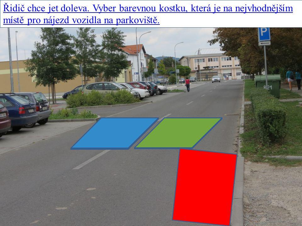 Řidič chce jet doleva. Vyber barevnou kostku, která je na nejvhodnějším místě pro nájezd vozidla na parkoviště.