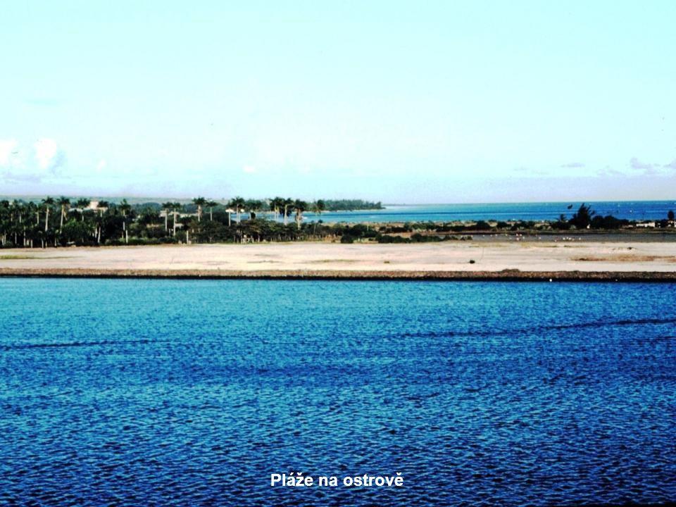 Pohled z moře na ostrov