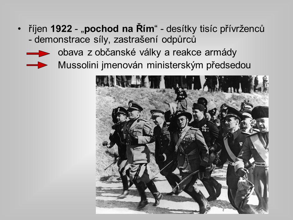 """říjen 1922 - """"pochod na Řím - desítky tisíc přívrženců - demonstrace síly, zastrašení odpůrců obava z občanské války a reakce armády Mussolini jmenován ministerským předsedou"""