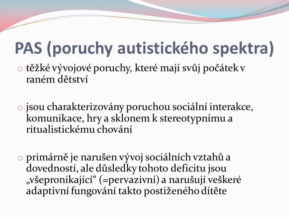 """PAS (poruchy autistického spektra) o těžké vývojové poruchy, které mají svůj počátek v raném dětství o jsou charakterizovány poruchou sociální interakce, komunikace, hry a sklonem k stereotypnímu a ritualistickému chování o primárně je narušen vývoj sociálních vztahů a dovedností, ale důsledky tohoto deficitu jsou """"všepronikající (=pervazivní) a narušují veškeré adaptivní fungování takto postiženého dítěte"""