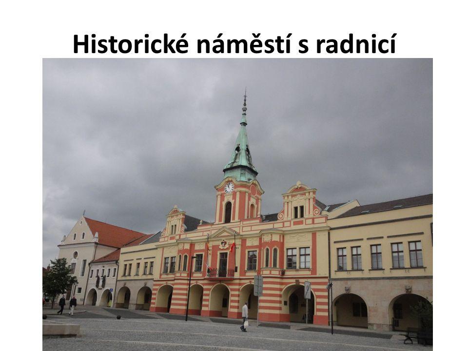 Historické náměstí s radnicí