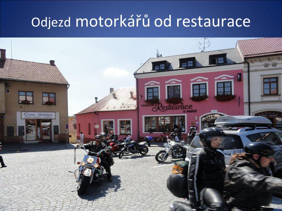 V chodníku jsou vloženy čtverce se jmény osobností- Matuška,Gott a dalších, kteří restauraci navštívili