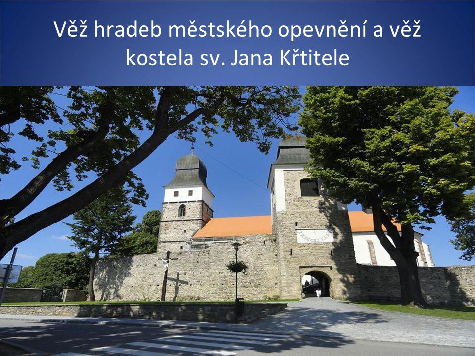 Pohled z Masarykova náměstí na věž hradeb a kostel sv. Jana Křtitele