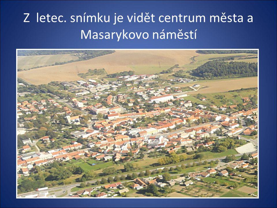 Masarykovo náměstí-vlevo je RADNICE