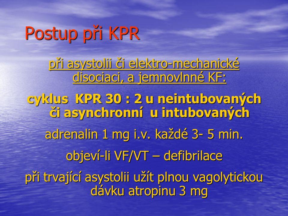 Postup při KPR při asystolii či elektro-mechanické disociaci, a jemnovlnné KF: cyklus KPR 30 : 2 u neintubovaných či asynchronní u intubovaných adrenalin 1 mg i.v.
