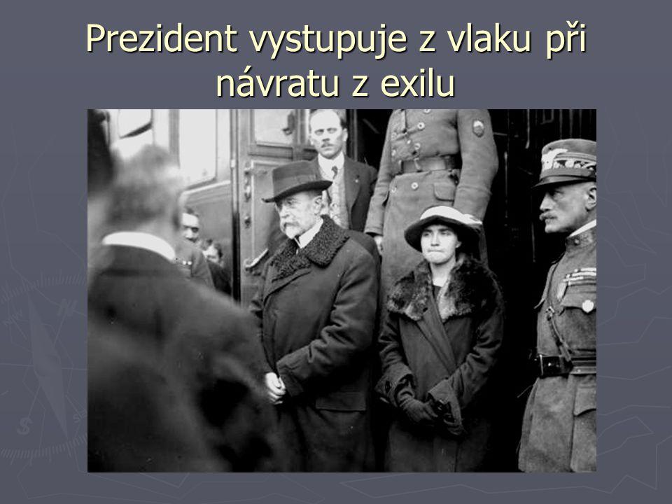 Prezident vystupuje z vlaku při návratu z exilu