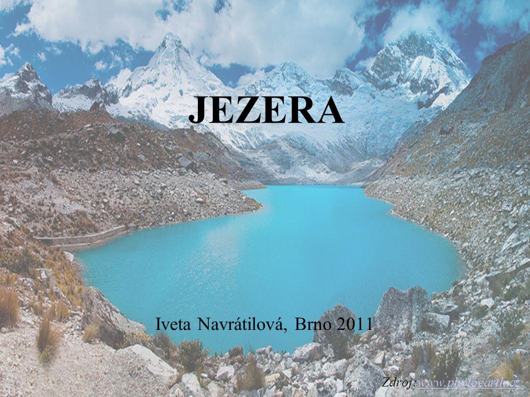 CHARAKTERISTIKA JEZER jezera jsou přirozené vodní nádrže ve sníženinách zemského povrchu (označovaných jako jezerní pánve), které nejsou přímo spojeny se světovým oceánem.