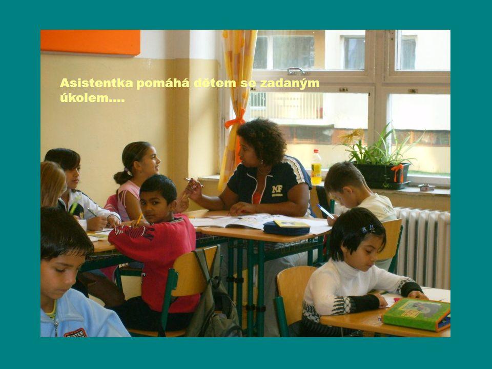 Asistentka pomáhá dětem se zadaným úkolem….