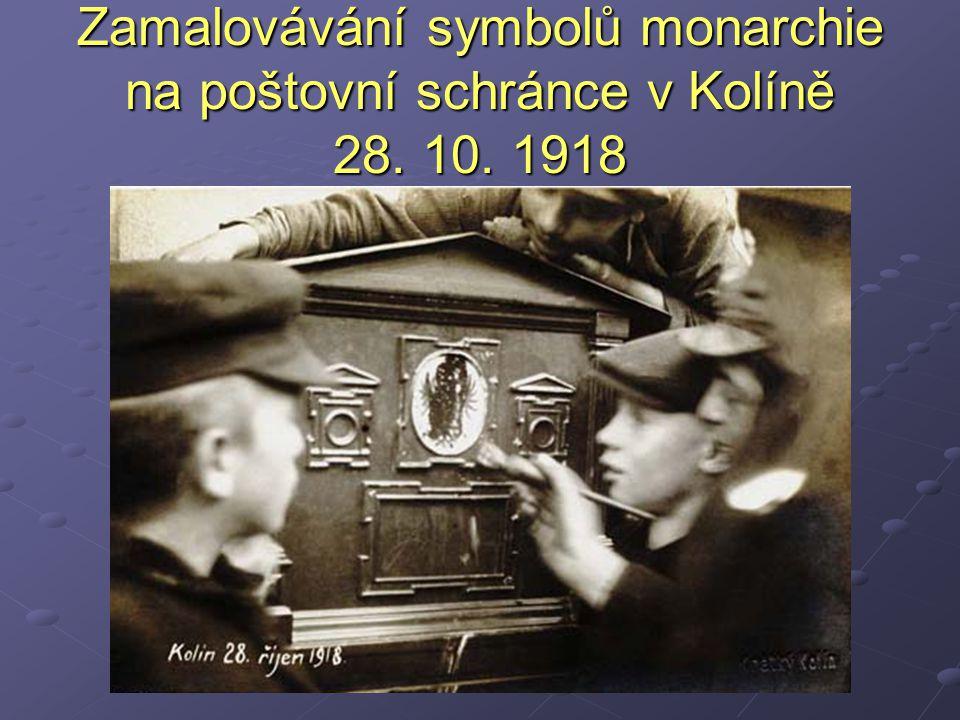 Zamalovávání symbolů monarchie na poštovní schránce v Kolíně 28. 10. 1918