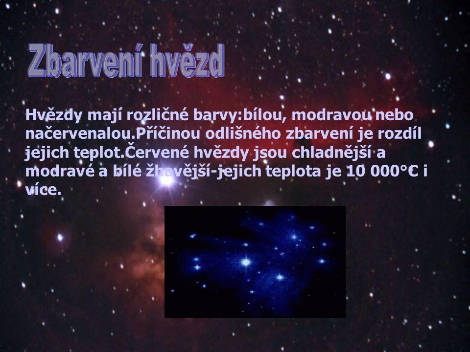 Hvězdy mají rozličné barvy:bílou, modravou nebo načervenalou.Příčinou odlišného zbarvení je rozdíl jejich teplot.Červené hvězdy jsou chladnější a modravé a bílé žhavější-jejich teplota je 10 000°C i více.
