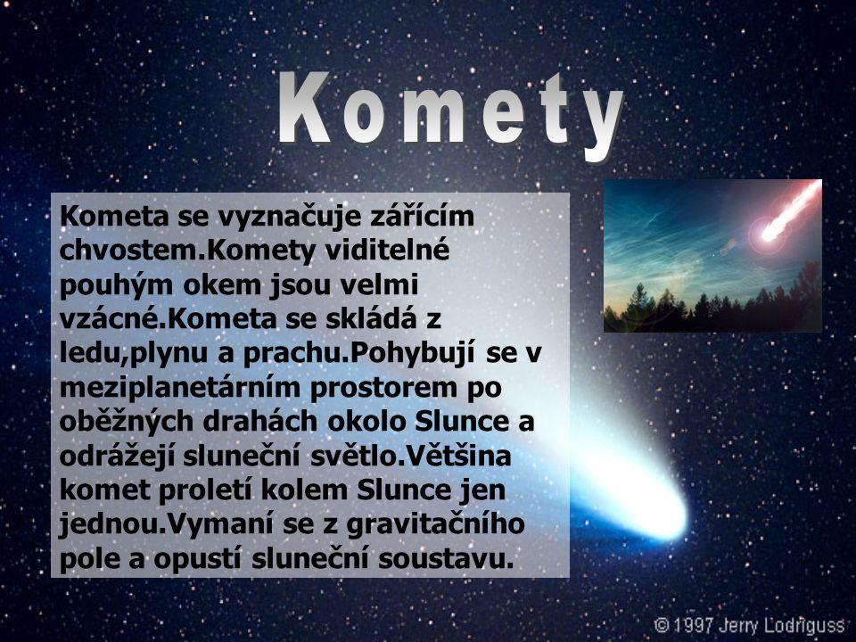 Kometa se vyznačuje zářícím chvostem.Komety viditelné pouhým okem jsou velmi vzácné.Kometa se skládá z ledu,plynu a prachu.Pohybují se v meziplanetárním prostorem po oběžných drahách okolo Slunce a odrážejí sluneční světlo.Většina komet proletí kolem Slunce jen jednou.Vymaní se z gravitačního pole a opustí sluneční soustavu.