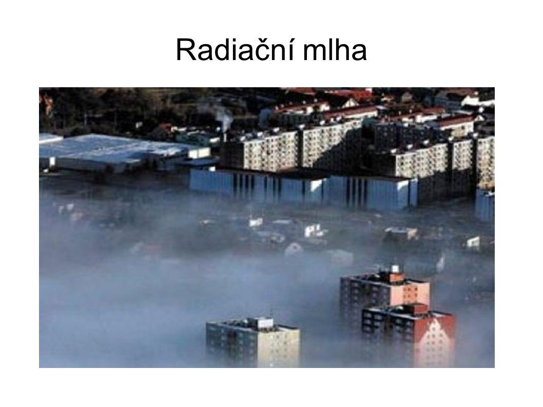 Klasifikace mlh Advekční mlha teplý vlhký vzduch proudí nad chladný zemský povrch od kterého se ochladí na teplotu rosného bodu nebo pod ní > vznikne mlha většinou plošně rozsáhlé, vertikálně poměrně mohutné, často mrholení