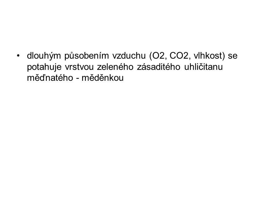 dlouhým působením vzduchu (O2, CO2, vlhkost) se potahuje vrstvou zeleného zásaditého uhličitanu měďnatého - měděnkou