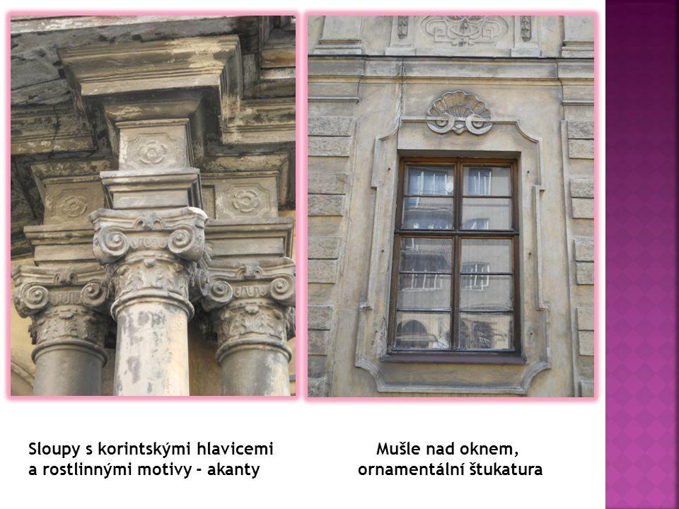Sloupy s korintskými hlavicemi a rostlinnými motivy - akanty Mušle nad oknem, ornamentální štukatura