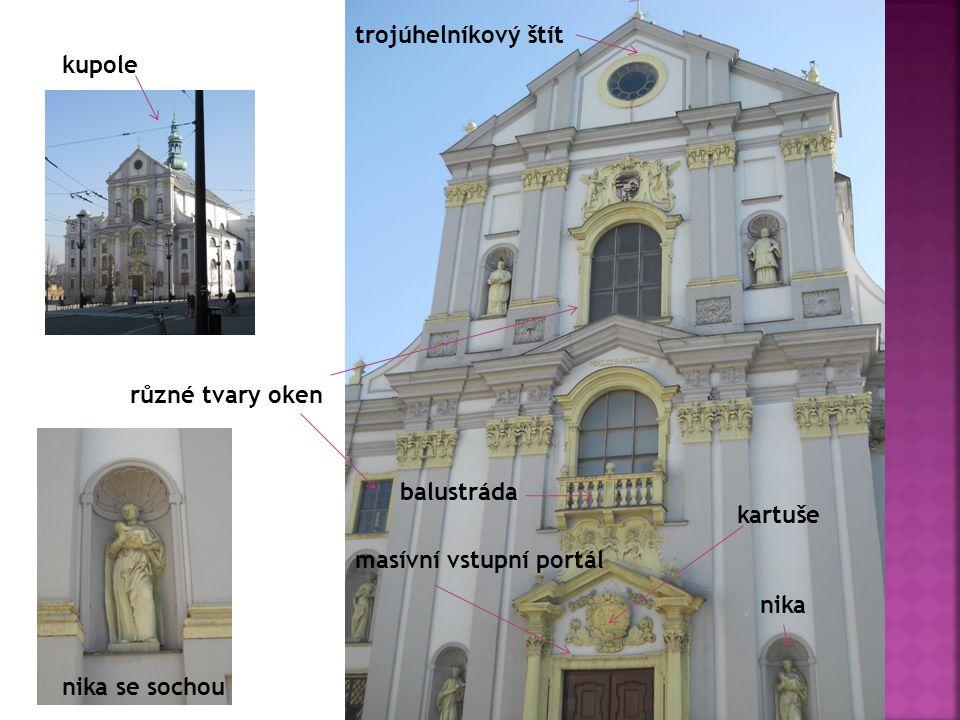 různé tvary oken balustráda nika trojúhelníkový štít kupole kartuše masívní vstupní portál nika se sochou