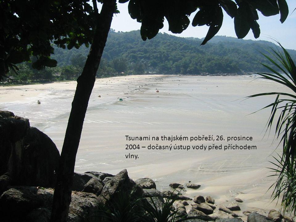 Tsunami na thajském pobřeží, 26. prosince 2004 – dočasný ústup vody před příchodem vlny.