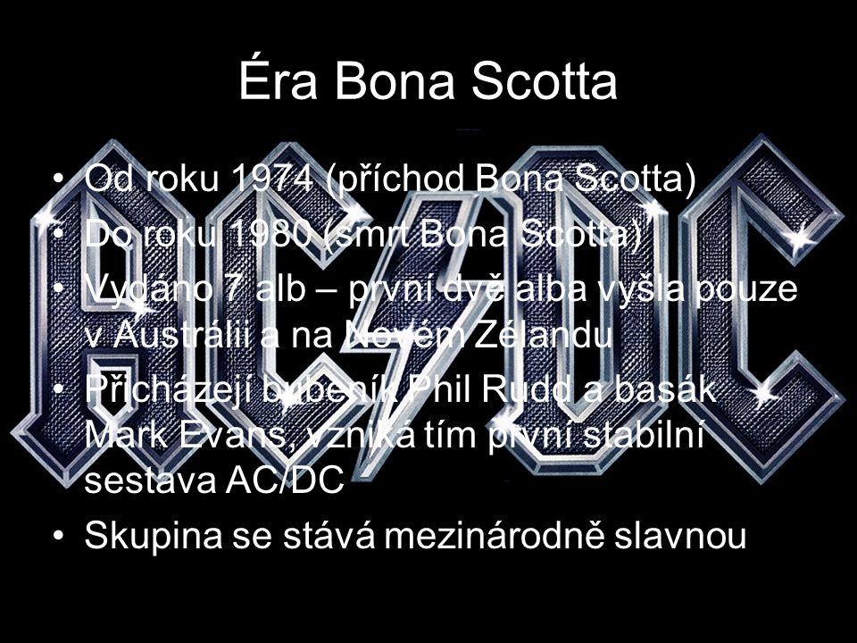 Sestava Bon Scott – zpěv (1974 – 1980) Angus Young – sólová kytara (1973 – dosud) Malcom Young – doprovodná kytara (1973 – dosud) Phil Rudd – bicí (1975 – 1983) Mark Evans – basová kytara (1975 – 1977) Cliff Wiliams – basová kytara (1977 – dosud) Poznámka: následující slajdy jsou věnovány pouze současným členům kapely a Bonu Scottovi.