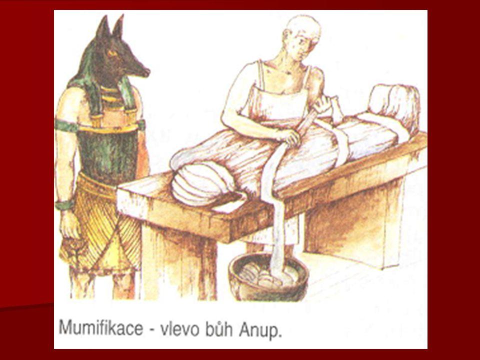 "ARCHITEKTURA   stavby: pyramidy, mastaby, chrámy,…   chrám tvořily  pylon, nádvoří a hypostylový (sloupový) sál   PYLON  triumfální brána chrámu, k níž vedla ""cesta bohů vroubená sfingami   SFINGA  socha lvice s hlavou faraona   OBELISK  stál u vchodu do pyramidy a popisoval život faraona   hrobky vytesané ve skalách v Údolí králů   sochy faraona i v nadživotní velikosti   výzdoba malbami nebo reliéfy ze života faraona"