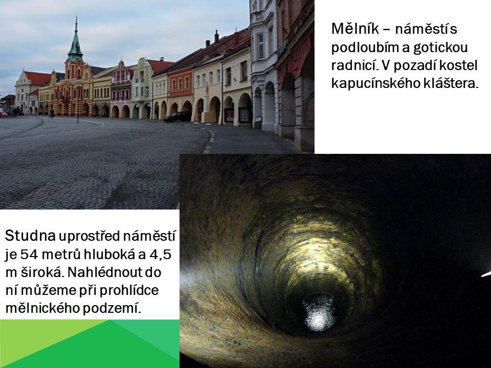 Mělník – náměstí s podloubím a gotickou radnicí. V pozadí kostel kapucínského kláštera. Studna uprostřed náměstí je 54 metrů hluboká a 4,5 m široká. N