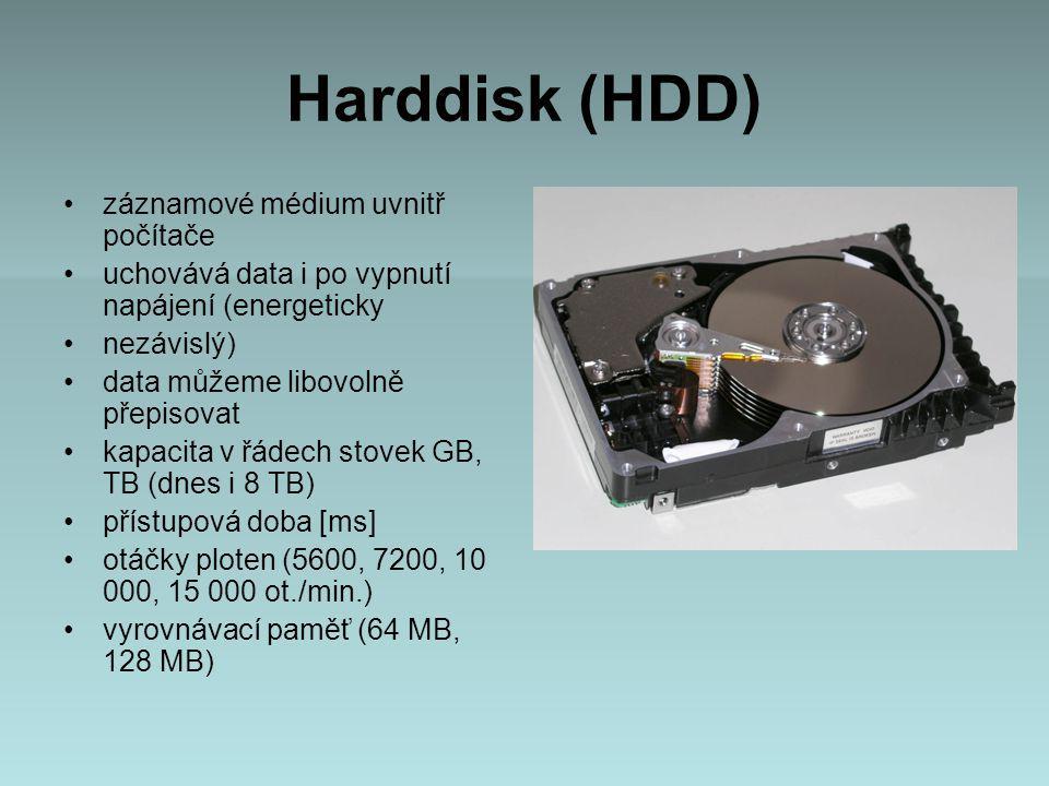 Harddisk (HDD) záznamové médium uvnitř počítače uchovává data i po vypnutí napájení (energeticky nezávislý) data můžeme libovolně přepisovat kapacita v řádech stovek GB, TB (dnes i 8 TB) přístupová doba [ms] otáčky ploten (5600, 7200, 10 000, 15 000 ot./min.) vyrovnávací paměť (64 MB, 128 MB)