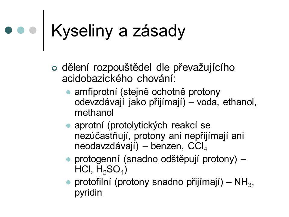 Kyseliny a zásady dělení rozpouštědel dle převažujícího acidobazického chování: amfiprotní (stejně ochotně protony odevzdávají jako přijímají) – voda, ethanol, methanol aprotní (protolytických reakcí se nezúčastňují, protony ani nepřijímají ani neodavzdávají) – benzen, CCl 4 protogenní (snadno odštěpují protony) – HCl, H 2 SO 4 ) protofilní (protony snadno přijímají) – NH 3, pyridin