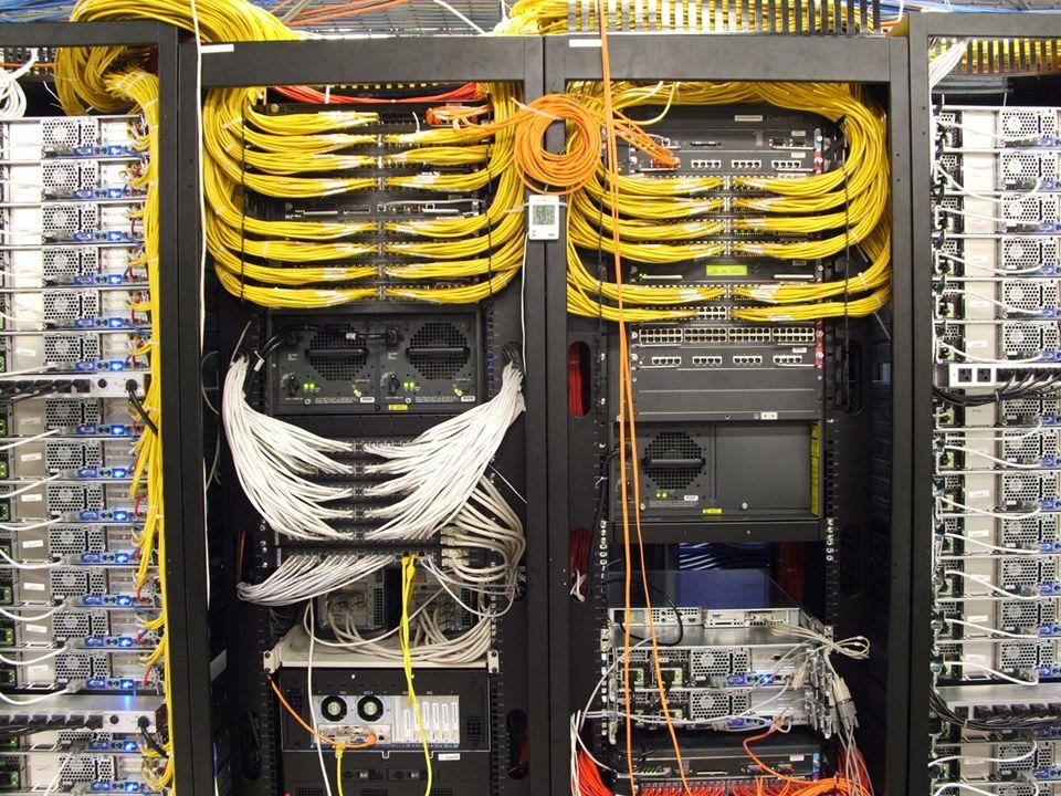 Aktivní prvky sítě - router router spojuje dvě sítě a přenáší mezi nimi data, liší se od switche, který spojuje počítače v místní síti, rozdílné funkce routerů a switchů si lze představit jako switche coby silnice spojující všechna města ve státě a routery coby hraniční přechody spojující různé země.