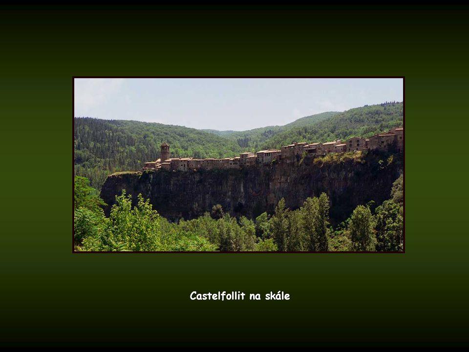 Pica d'Estats (3.143 m.) a údolí Vall de Ferrera z Coll de Sotllo Pica d'Estats (3.143 m.) a údolí Vall de Ferrera z Coll de Sotllo