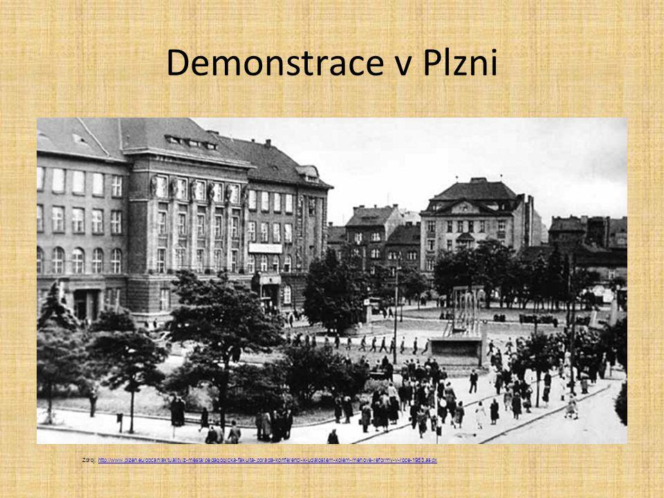 Demonstrace v Plzni Zdroj: http://www.plzen.eu/obcan/aktuality/z-mesta/pedagogicka-fakulta-porada-konferenci-k-udalostem-kolem-menove-reformy-v-roce-1
