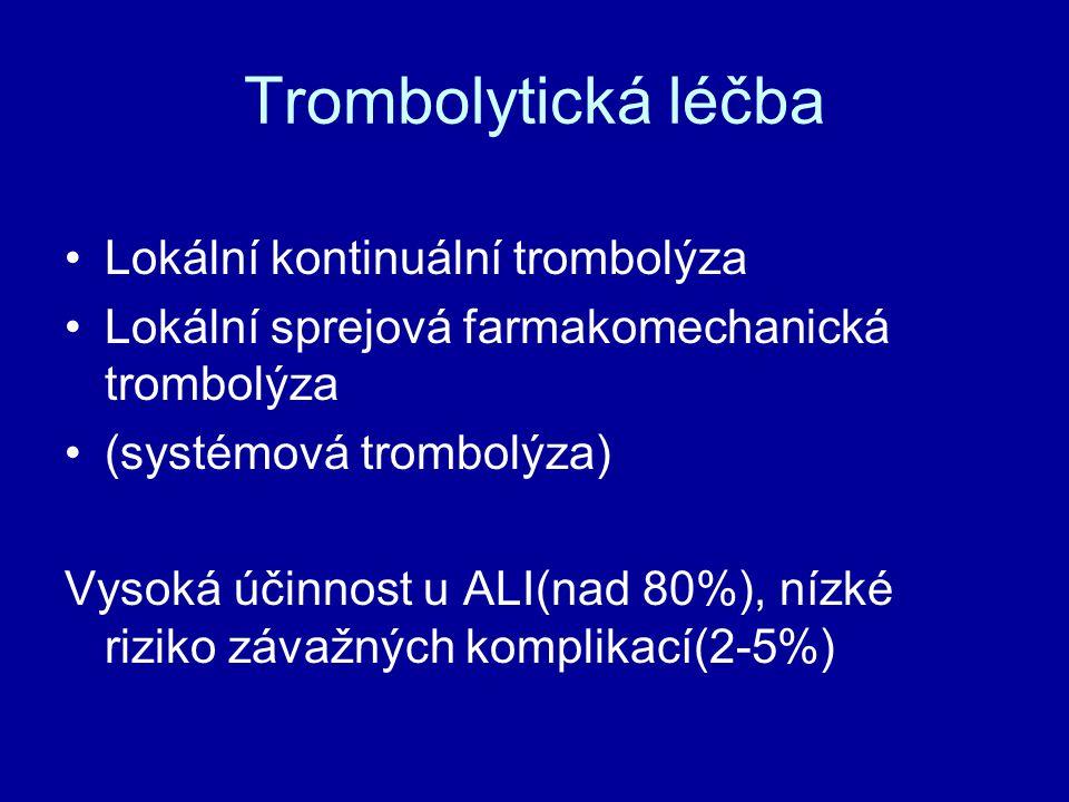 Lokální kontinuální trombolýza Protokol trombolytické léčby :Protokol trombolytické léčby : zavedení trombolytického katetru (Fountain) do uzávěru zavedení trombolytického katetru (Fountain) do uzávěru do katetru: Actilyse 0,2 – 1,0 mg/hod + Heparin 300-500j/hod do katetru: Actilyse 0,2 – 1,0 mg/hod + Heparin 300-500j/hod do zavaděče či i.v.: Heparin dle aPTT do zavaděče či i.v.: Heparin dle aPTT hospitalizace na angiologické JIP hospitalizace na angiologické JIP vstupní základní laboratoř + koagulace vstupní základní laboratoř + koagulace Co 6 hodin:aPTT (60-90sec), fibrinogen (nad 1g/l) Co 6 hodin:aPTT (60-90sec), fibrinogen (nad 1g/l) po ukončení trombolýzy dle APTT zavaděč ex po ukončení trombolýzy dle APTT zavaděč ex následně rozhodnutí o antiagregační či antikoagulační léčbě následně rozhodnutí o antiagregační či antikoagulační léčbě