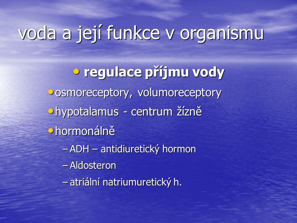 celková tělní voda intracelulární (50% hmotnosti těla) intracelulární (50% hmotnosti těla) extracelulární extracelulární mezibuněčná (intersticiální) mezibuněčná (intersticiální) intravaskulární (v cévách) intravaskulární (v cévách) transcelulární ( mozkomíšní mok, žaludeční šťáva, nitrooční mok, kloubní tekutina...) transcelulární ( mozkomíšní mok, žaludeční šťáva, nitrooční mok, kloubní tekutina...)