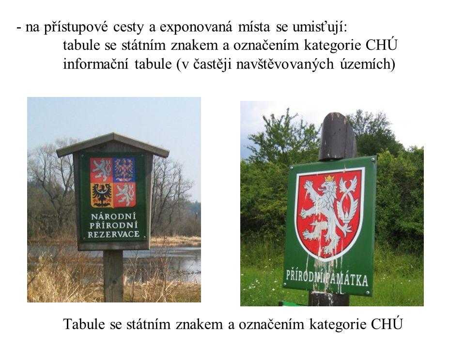 - na přístupové cesty a exponovaná místa se umisťují: tabule se státním znakem a označením kategorie CHÚ informační tabule (v častěji navštěvovaných územích) Tabule se státním znakem a označením kategorie CHÚ