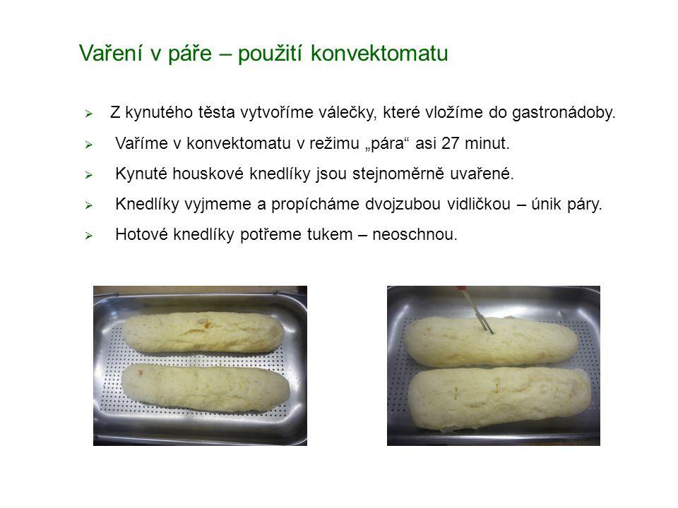 Vaření v páře – použití konvektomatu  Z kynutého těsta vytvoříme válečky, které vložíme do gastronádoby.