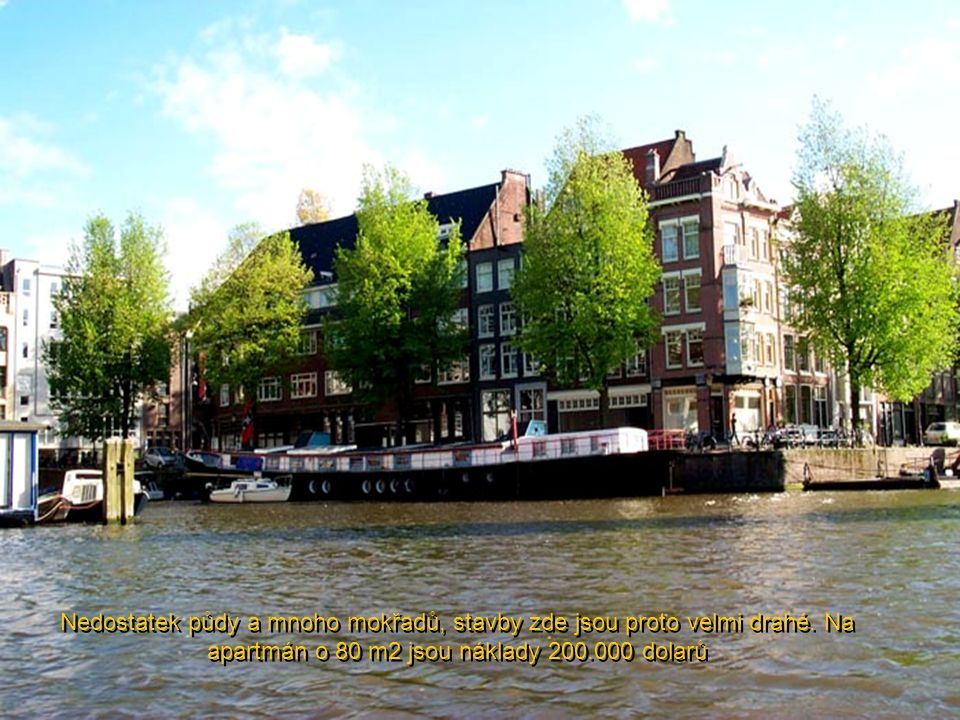 Rodinné domy na lodích, kde se bydlí v pohodlí. Amsterdam má 80 těchto domů...